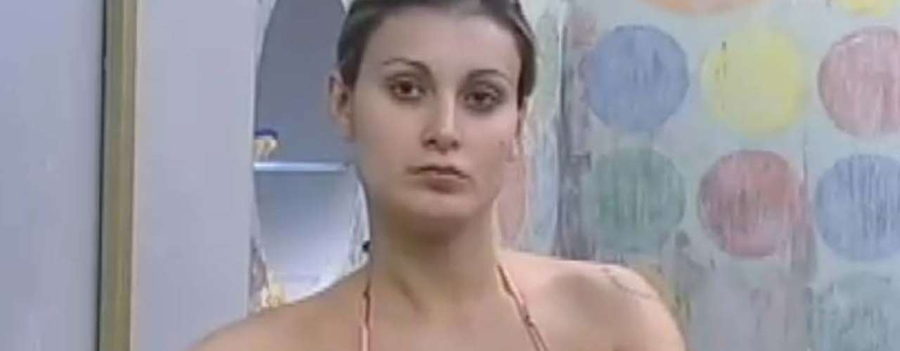 Andressa Urach exibiu suas curvas durante um banho demorado