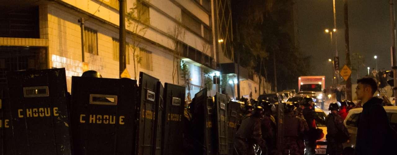 13 de junho - Tropa de Choque se esconde atrás de escudos para se proteger de manifestantes