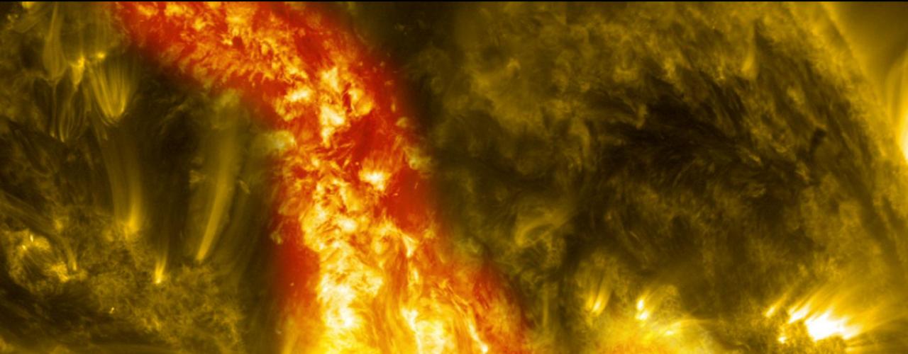 28 de outubro - A erupção de um filamento magnético de material solar rompeu a relativa tranquilidade do Sol em um \
