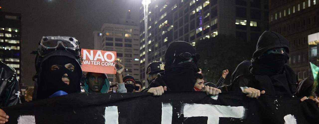 27 de março - Segundo a Polícia Militar, aproximadamente mil agentes acompanham a manifestação