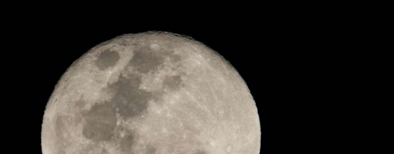 19 de outubro - Com noite seca e temperatura de 19ºC, lua cheia pode ser apreciada em São Paulo