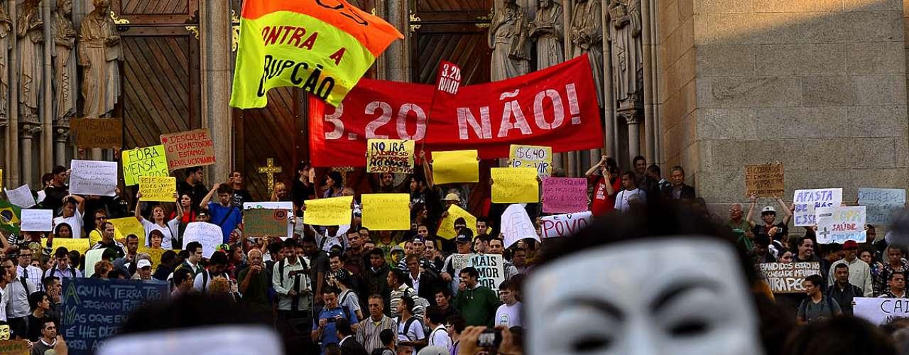 18 de junho Manifestantes ocuparam vias próximas à Praça da Sé e CET orientou motoristas para que evitem a região