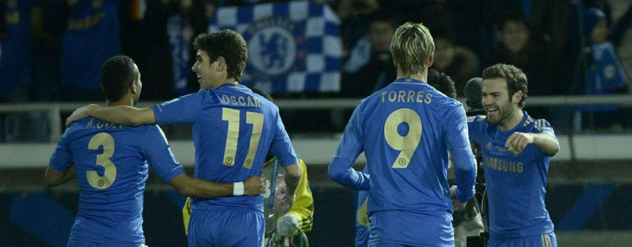 Depois de uma bela troca de passes do ataque do Chelsea, Oscar deu de calcanhar para Ashley Cole cruzar. O camisa 10 Mata recebeu livre na marca do pênalti e só colocou no canto do gol de Orozco: 1 a 0 para os ingleses