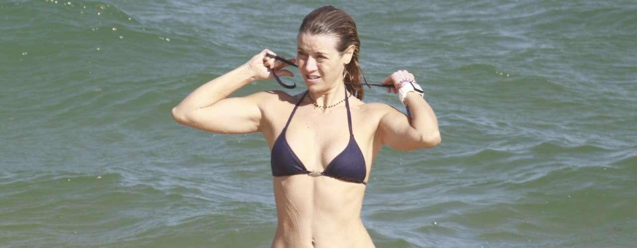 Junho 2013 -Christine Fernandes, 45 anos, aproveitou o sol no dia 12 de junhopara curtir uma praia na Barra da Tijuca, na zona oeste do Rio de Janeiro. De biquíni, a atriz exibiu boa forma enquanto nadava e relaxava com amigas na areia
