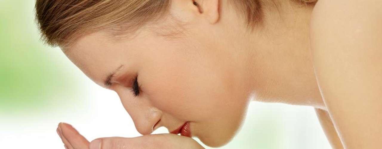 Antes de aplicar produtos que contenham o ácido kójico em sua composição, a pele do rosto deve estar limpa e hidratada