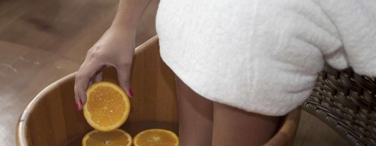 Certo:  depois de misturar o sal à água, inclua as rodelas de laranja, que deixarão o escalda-pés ainda mais tonificante