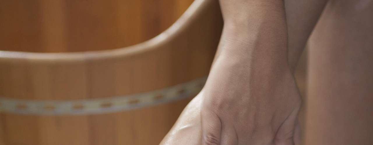 Certo:  o creme, ou o óleo hidratante, deve ser aplicado principalmente na sola dos pés, que costuma ser mais ressecada e pode até apresentar rachaduras