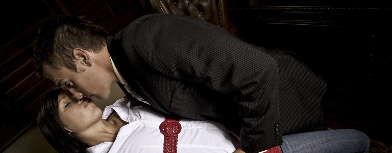 Homem domina mulher: mulheres fantasiam com homens que tenham pegada, que segurem seus cabelos puxando a cabeça para trás, que as coloque contra a parede e as joguem na cama. Elas querem ser dominadas na cama