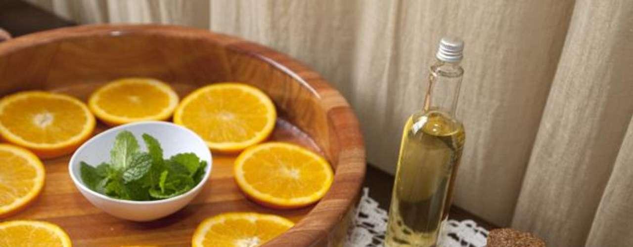 Certo: para fazer um escalda-pés tonificante, siga a seguinte receita: separe um recipiente como um mini ofurô ou uma bacia, por exemplo, e encha de água, de maneira que os pés possam ficar completamente submersos. Pegue duas laranjas e corte-as em rodelas, em seguida, misture-as a água. Por fim, inclua duas colheres (de sopa) de sal marinho ou de sal grosso, duas colheres (de sopa) de mel, além de raminhos de alecrim ou hortelã. Veja a seguir como proceder em cada uma das etapas