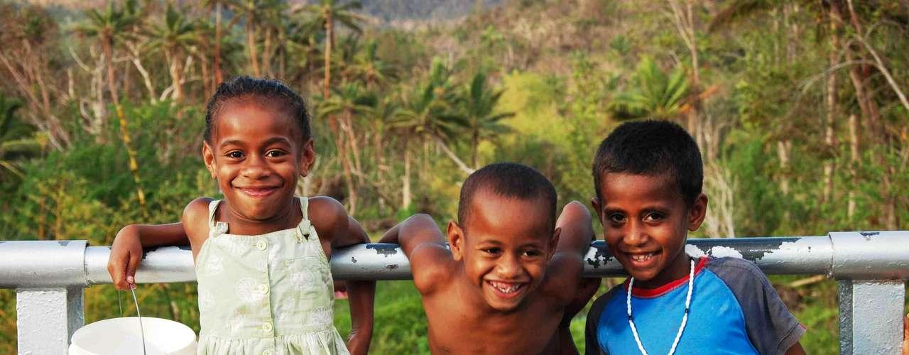 Fiji  Como se suas belas praias e cartões-postais no Pacífico sul não bastassem, o arquipélago de Fiji tem também um dos povos mais simpáticos do mundo. Também, viver em um paraíso igual a esse, formado por mais de 300 ilhas e 500 ilhotas,  só pode dar alegria aos cerca de 900 mil habitantes que moram por lá