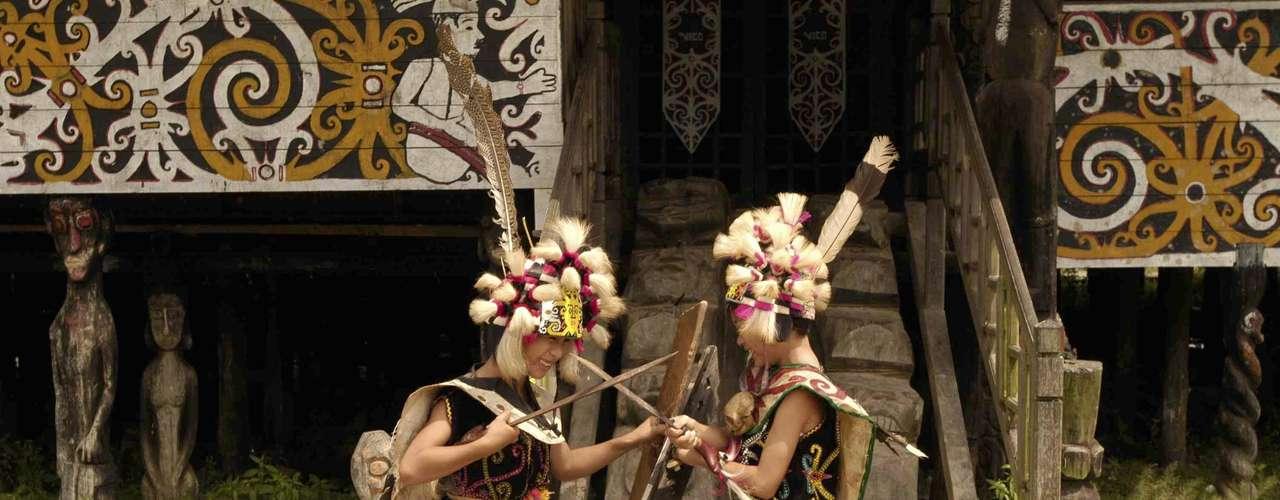 Indonésia  É difícil generalizar sobre um país com culturas tão variadas quanto a Indonésia. Mas uma coisa é certa: em cada uma das mais de 18 mil ilhas que formam o arquipélago, onde você encontrar um habitante local, ele não deixará de abrir um grande sorriso de boas-vindas