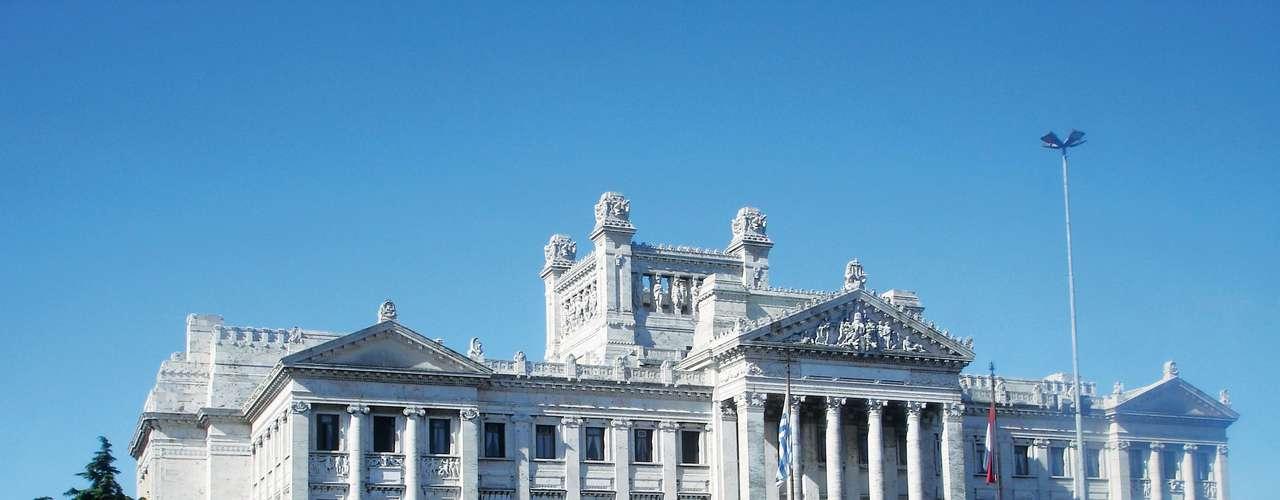 Hotel Urban Express, Montevidéu, Uruguai: partindo de São Paulo, a CVC oferece um pacote entre os dias 6 e 10 de junho, que inclui passagens aéreas, translado entre o hotel e aeroporto e três noites de hospedagem com café da manhã. A viagem custa US$ 678 (aproximadamente R$ 1.450) por pessoa. Informações: (11) 2191-8410