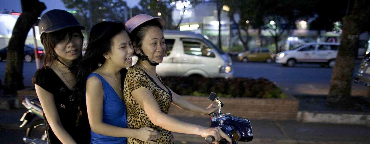 Vietnã  O Vietnã conseguiu deixar seus anos de guerra para trás e se transformar em um destino atraente para os turistas na Ásia do sudeste, com belezas naturais como o Parque Nacional de Ba Be e uma vida noturna atraente na capital, Hanói. Os vietnamitas são um povo extremamente hospitaleiro, sempre ávido por receber e ajudar visitantes, mostrando para eles o melhor do país
