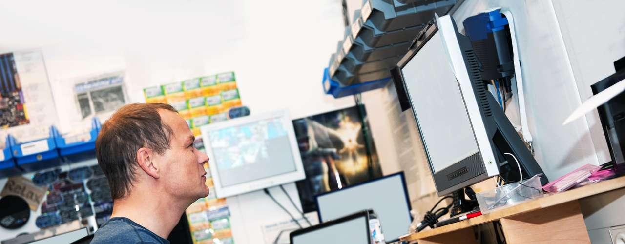 Engenheiro de softwares  Trabalhar com o computador o dia todo pode não parecer lá muito saudável. Mas, segundo o site CareerCast, essa profissão consta no ranking das melhores para se trabalhar. De acordo com o médico Chosewood, as pessoas ficam felizes em trabalhar em empresas que prezam não pela quantidade de horas que o profissional fica no trabalho, mas pelo que produziu