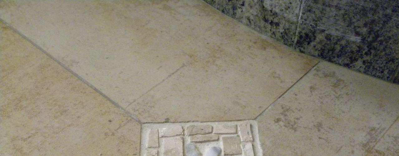 O piso ganhou pequenos detalhes em mosaico