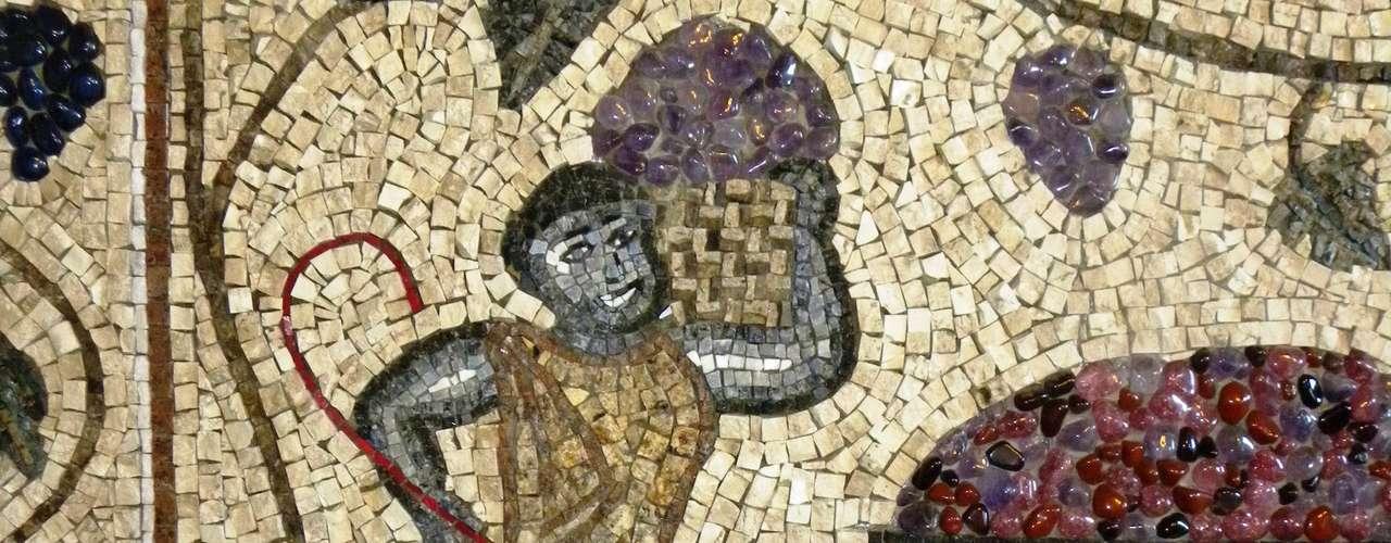Pastilhas de vidro e azulejos finos são os materiais mais indicados para quem vai começar na arte do mosaico
