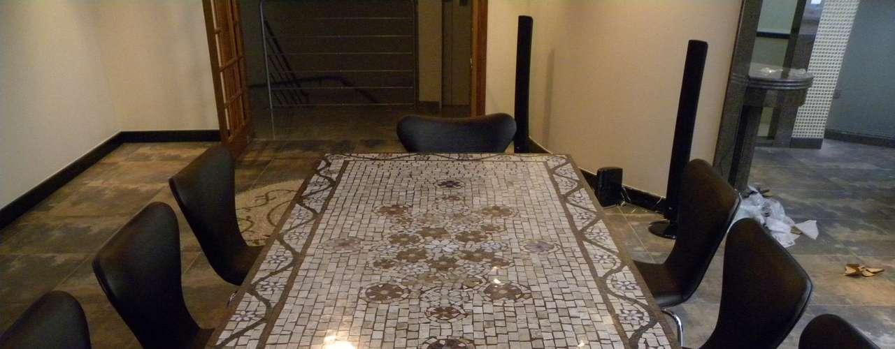 Leonardo Posenato diz que cerca de 70% de suas produções são para tampos de mesas e mandalas para pisos