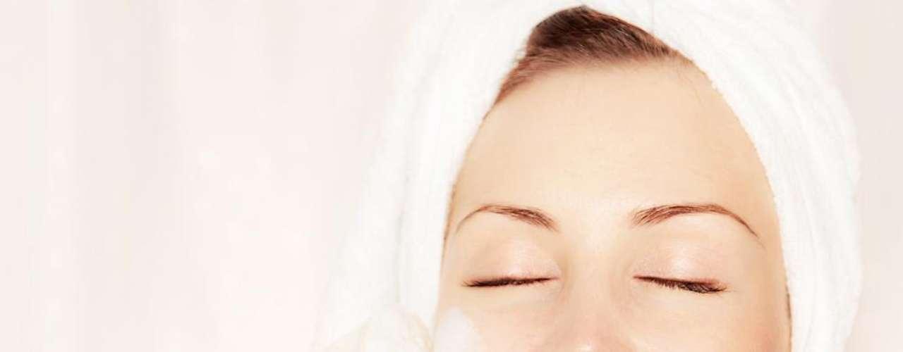 Uma boa solução para fechar os poros dilatados é fazer limpeza facial, pois ela ajudará a reduzir a oleosidade e a eliminar as impurezas deixadas, principalmente, pela maquiagem