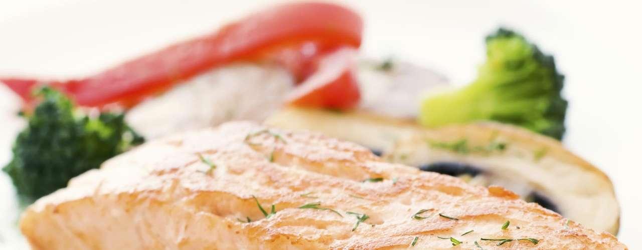 4. Salmão - A proteínas magras ajudam a pessoa a ficar mais saciada. No entanto, 50% das mulheres entre 18 e 50 não ingerem esse nutriente essencial. Ao escolher o salmão, você deixa de consumir gorduras saturadas, presentes na carne vermelha. Além disso, o peixe é rico em ômega 3