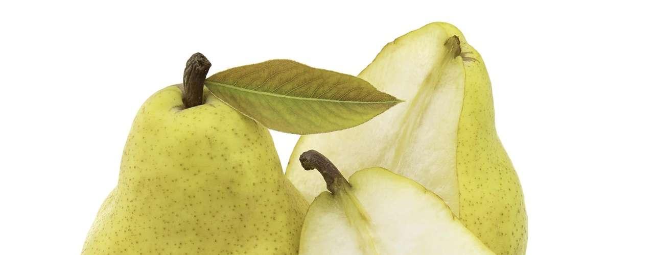 8. Pera - Uma porção dessa fruta pode fornecer até 15% da quantidade diária recomendada de fibras. Um estudo descobriu que mulheres que comeram três peras por dia, consumiam menos calorias e perdiam mais peso. Não descasque a fruta, pois é a casca que contém grande quantidade de fibras