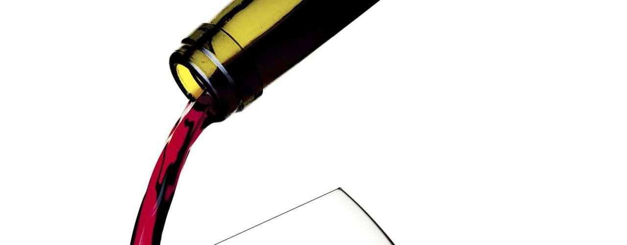 9. Vinho - O resveratrol, antioxidante encontrado na casca da uva, impede o armazenamento de gordura. Estudos mostram que as pessoas os que bebem vinho de forma moderada possuem cinturas mais estreitas do que os que ingerem outro tipo de bebida alcoólica