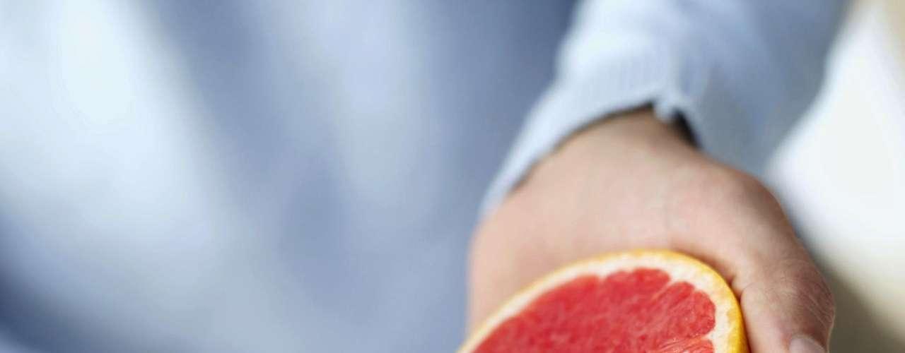 10. Toranja - Mesmo se você não mudou nada em sua dieta, comer meia toranja antes de cada refeição pode lhe ajudar a perder até um quilo por semana! A fruta possui uma substância que pode diminuir a insulina, um hormônio que ajuda a armazenar gordura. Ela é também uma boa fonte de proteína, porque possui cerca de 90% de água em sua composição
