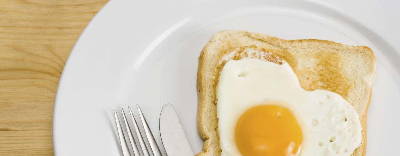 16. Ovo  Um estudo descobriu que mulheres obesas que ingeriram um ovo pequeno por dia no almoço perderam duas vezes mais peso do que as comiam bagels (pão em forma de anel popular nos Estados Unidos). E não se preocupe com o colesterol, porque a pesquisa constatou que quem saboreia ovos não tem mais colesterol ruim