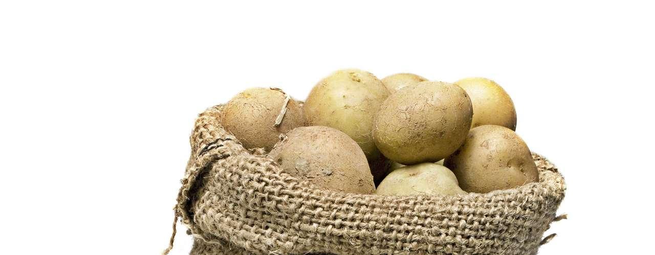19. Batata - É verdade, esse vegetal é rico em carboidratos, mas sacia três vezes mais do que uma fatia de pão branco. Além disso, também é rica em amido resistente, que ajuda o corpo a queimar gordura