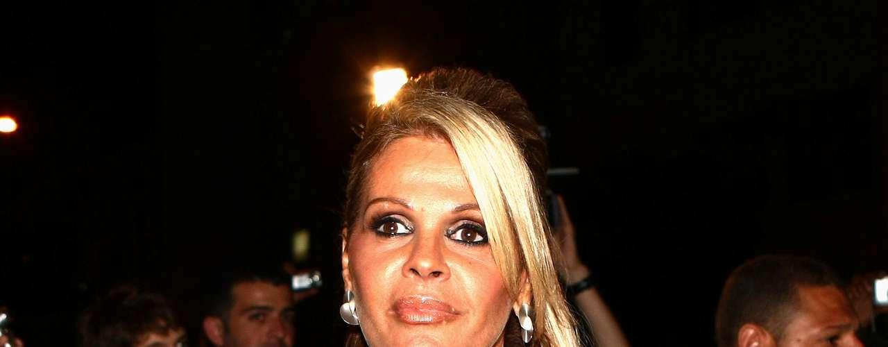 Monique Evans já disse em entrevistas que os seios pequenos a incomodavam no início da carreira como modelo. Ainda nos anos 1980, quando a moda do silicone começou no Brasil, a apresentadora foi uma das primeiras celebridades a aderir às próteses