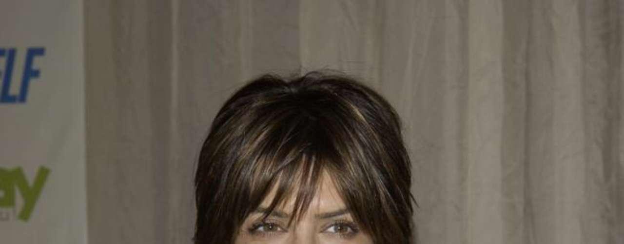 A atriz e apresentadora norte-americana Lisa Rinna fez várias correções no corpo ao longo da carreira. Uma delas foi o implante de silicone nos seios, noticiado por toda a imprensa dos EUA