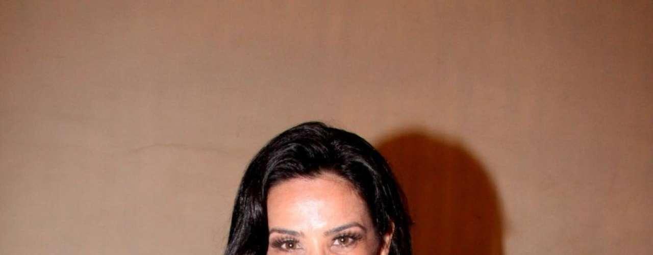 Eleita três vezes a mulher mais sexy do mundo pela revista VIP, Scheila Carvalho colocou silicone assim que entrou para o grupo É o Tchan, nos anos 1990. Em 2011, ela aumentou o tamanho novamente