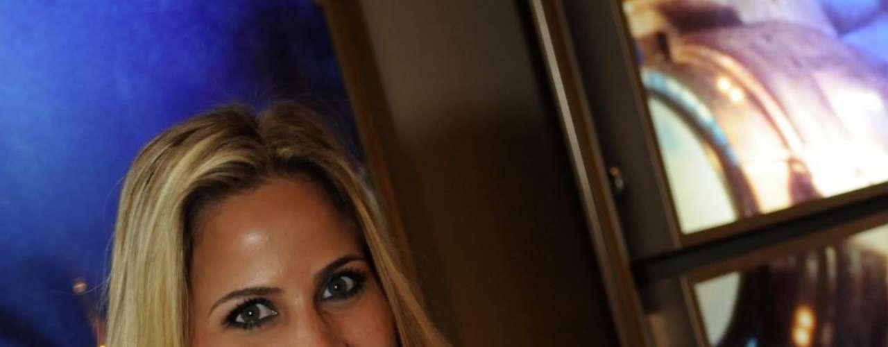 Em 2009, a jornalista Mônica Apor colocou 250 ml de silicone nos seios e chamou a atenção pelo corpo escultural ao pousar para a Playboy, no ano seguinte