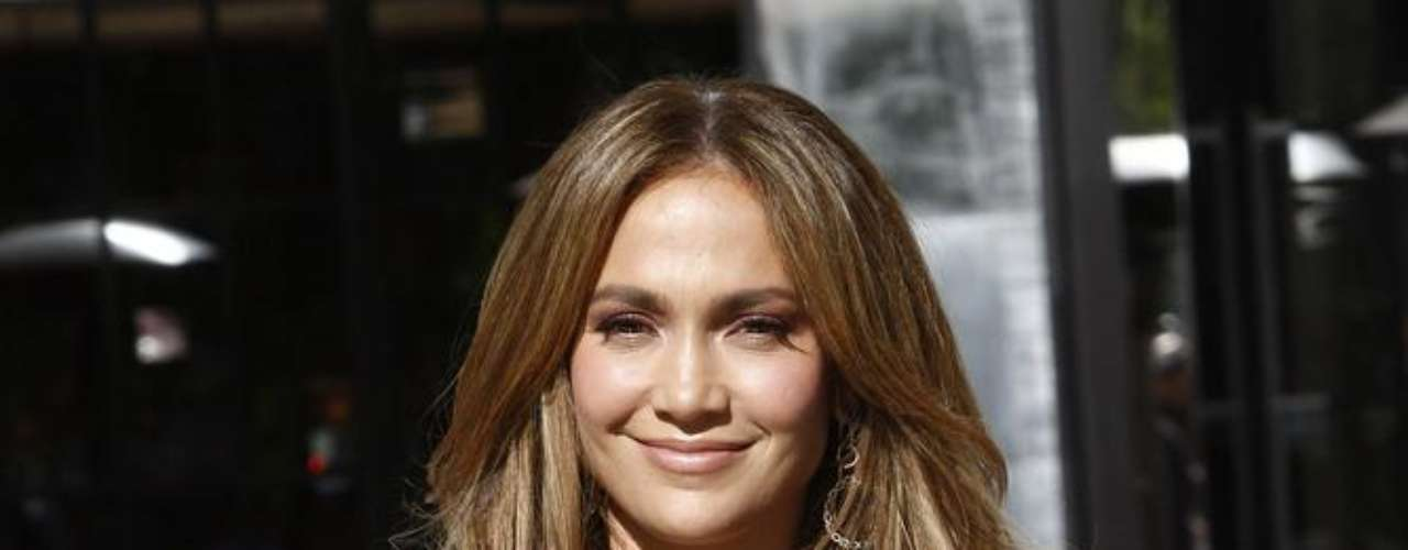 Jennifer Lopez nunca confirmou, mas há rumores de que a estrela tenha aumentado o tamanho dos seios. A mudança é nítida desde as primeiras aparições da estrela