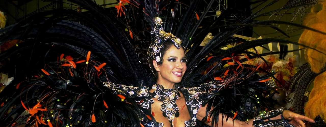 A apresentadora do Superpop, Luciana Gimenez, nunca confirmou, mas a imprensa brasileira diz que a estrela se rendeu ao silicone no final de 1999
