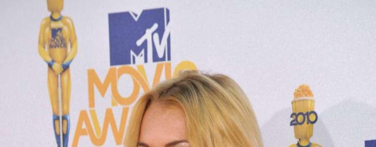 Apesar de jovem, a atriz Lindsay Lohan, que cresceu diante das câmeras quando despontou nas telinhas do cinema ainda nos anos 1990, já pode ter recorrido aos implantes. Ela não se manifesta sobre o assunto, mas a imprensa norte-americana apontou mudanças nas medidas da estrela ao longo da carreira