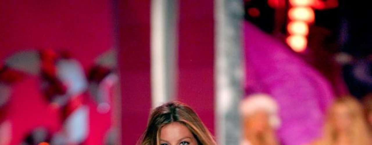 Gisele Bündchen nunca confirmou, mas sites e revistas de celebridades nacionais noticiaram, em 2005, que a top recorreu aos implantes mamários e ainda fez uma cirurgia no nariz para ficar mais bela