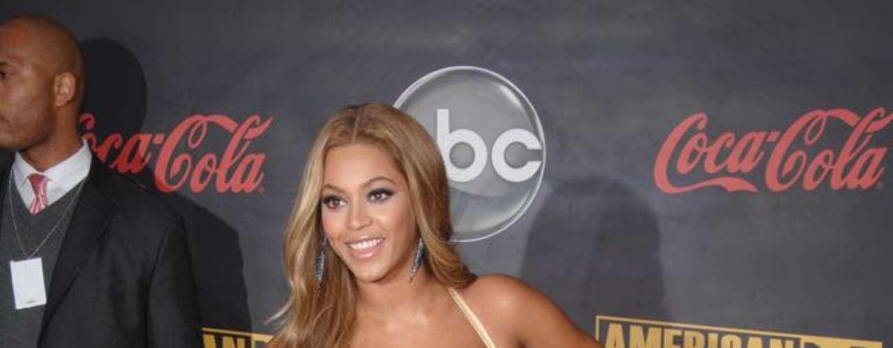 Quando esteve no Brasil, em 2010, a estrela Beyoncé chamou a atenção pela energia no palco e pelo tamanho dos seios. Ela nunca confirmou, mas a imprensa especula sobre os implantes na região