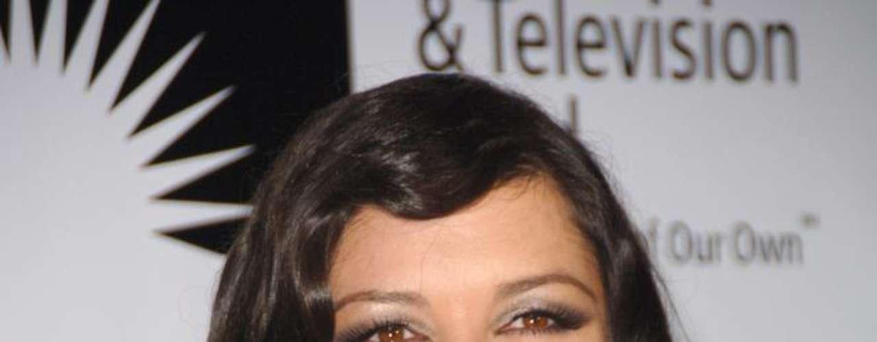 Catherine Zeta-Jones não confirma, mas o aumento no volume dos seios da atriz virou notícia desde que a estrela despontou nos cinemas com A Máscara do Zorro, em 1997