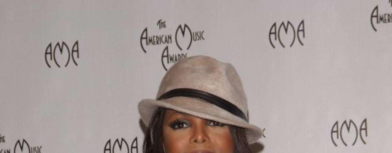 A cantora Janet Jackson não fala a respeito, mas a imprensa norte-americana garante que o implante nos seios foi apenas um dos procedimentos estéticos feitos pela estrela