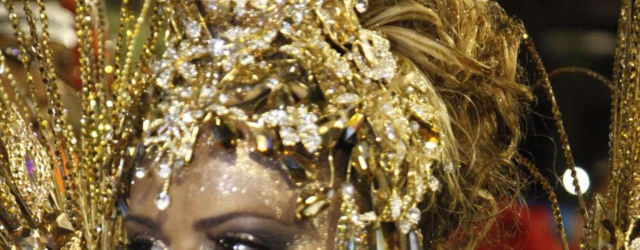 Musa do carnaval, a modelo Viviane Araújo é famosa pelas curvas e pelos seios com silicone desde os anos 1990. Em 2010, ela trocou as próteses por outras ainda maiores
