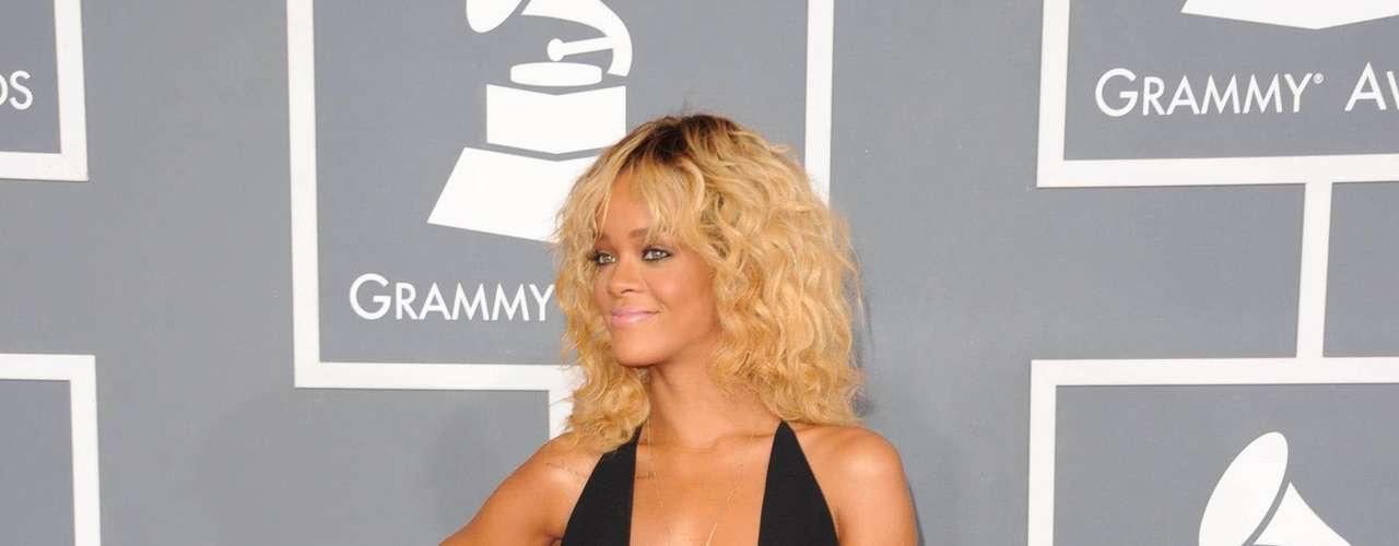 Rihanna também tem inscrições que ficam na região da costela