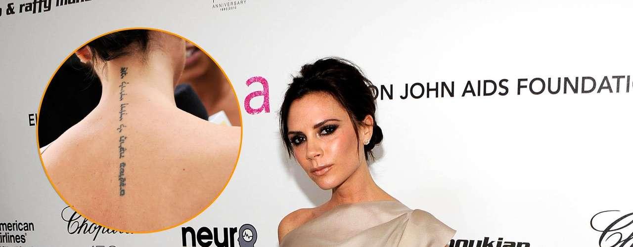 A mulher do jogador David Beckham, Victoria Beckham, tatuou uma frase em hebraico nas costas, que significa: \