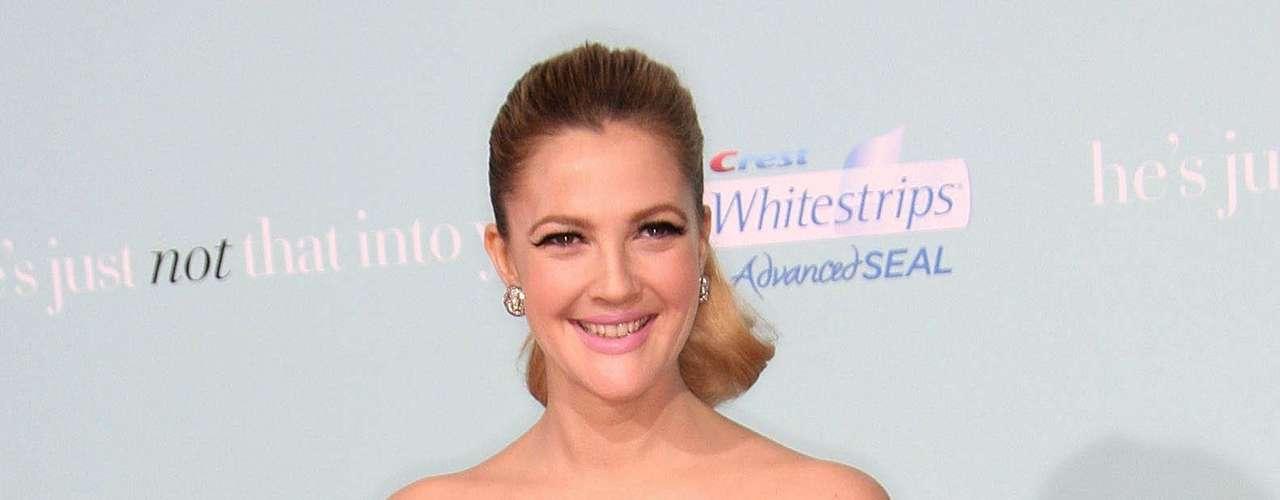 A atriz Drew Barrymore homenageia suas raízes irlandesas com o crucifixo na perna