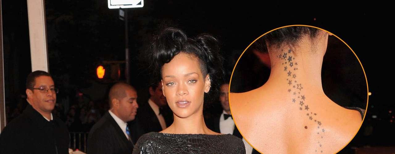 A cantora Rihanna não esconde sua paixão por tatuagens - ela tem várias espalhadas pelo corpo; nas costas, um caminho de pequenas estrelas que sobe rumo à nuca