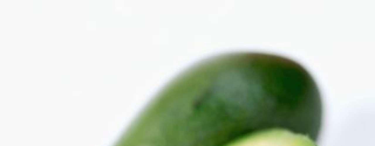 Abacate: alimentos que possuem gorduras saudáveis, como o azeite, nozes, peixe e abacate ajudam você a se sentir satisfeito, sem que haja a sensação de estufamento