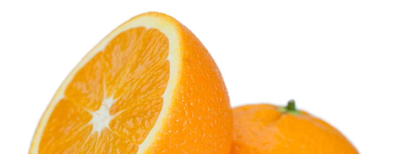 Para fazer uma feijoada light adicione uma laranja cortada na panela enquanto cozinha. A fruta não vai deixar gosto, mas vai absorver a gordura das carnes. Se não tiver laranja pode adicionar algumas gotas de cachaça. Outra dica importante é ir retirando a gordura que sobe sobre a mistura com uma concha