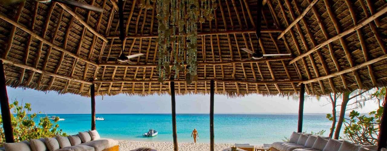 11. Mnemba Island, Tanzânia - Verdadeiro pedaço do paraíso na terra, Mnemba é uma pequena ilha coberta de árvores tropicais, com areias brancas, cercadas pelas águas do Oceano Índico. A ilha é particular e tem um lodge exclusivo, o Mnemba Island Lodge