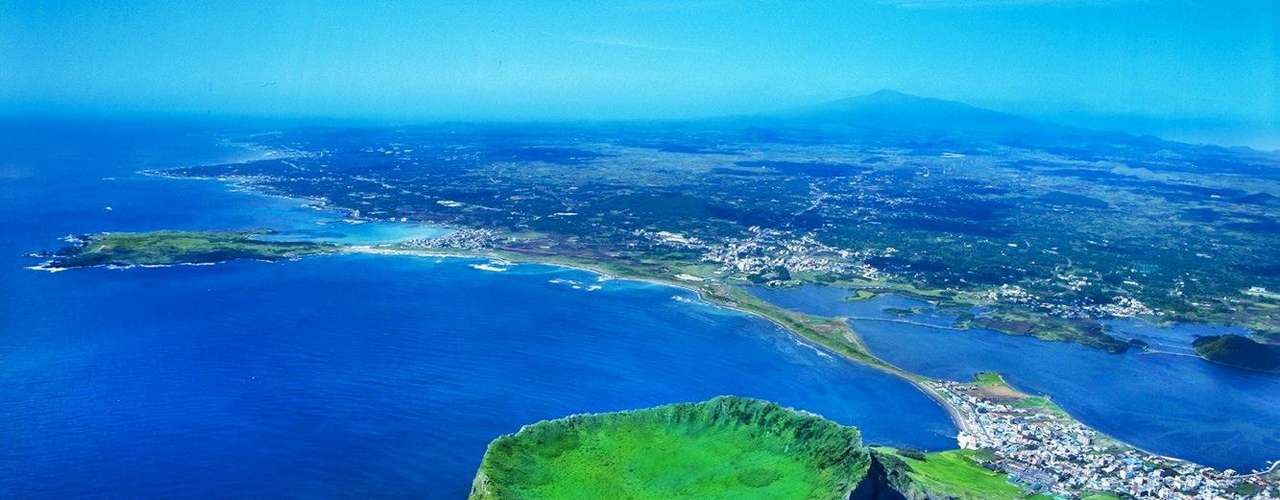 14. Jeju, Coréia do Sul - Pérola tropical da Coréia do Sul, Jeju é conhecida como Ilha dos Deuses, pois possui muitas belezas naturais, entre florestas, cachoeiras, e magníficos pores-do-sol frente ao mar. O monte Halla, vulcão extinto de Jeju, serve de pano de fundo e embeleza ainda mais a paisagem