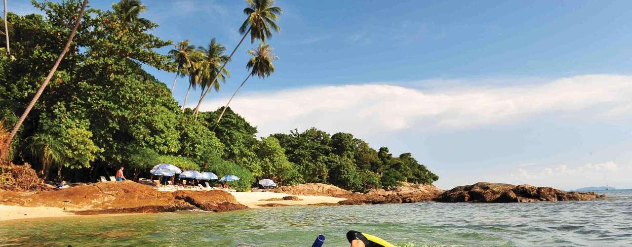 16. Ilhas Perhentian, Malásia - O litoral da Malásia tem muitas ilhas maravilhosas, capazes de apaixonar qualquer turista. O arquipélago das Perhentian encontra-se entre as mais belas e tem Kecil e Besar como suas ilhas principais. Praias preservadas, águas limpas e numerosos corais e peixes coloridos fazem parte do visual paradisíaco dessas ilhas
