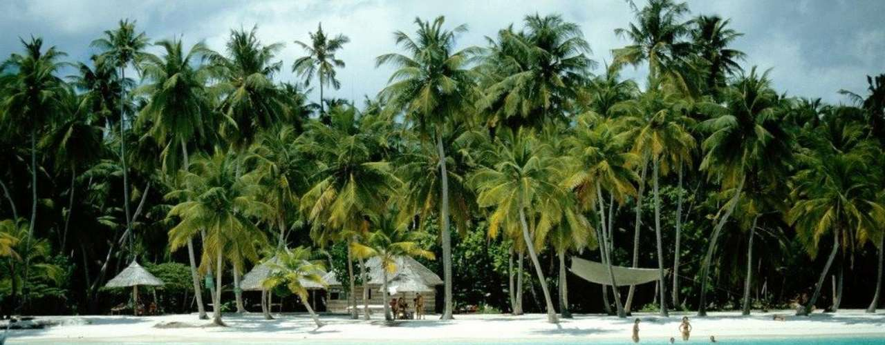 18. Ilhas Maldivas - Mais de 1.200 ilhas, 26 atóis e milhares de barreiras de coral nas águas do Oceano Índico formam a República das Maldivas, criando uma grande área onde cada pedacinho é um paraíso terrestre. Lagoas cristalinas, praias espetacularmente belas e intocadas e resorts de luxo fazem das Maldivas um destino perfeito